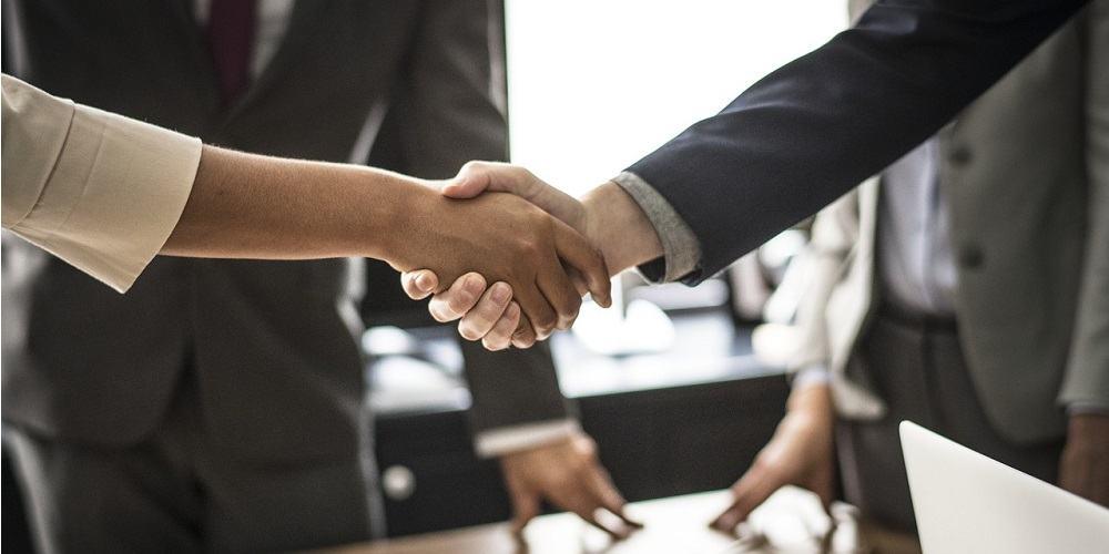 odločen stisk roke v podjetništvu