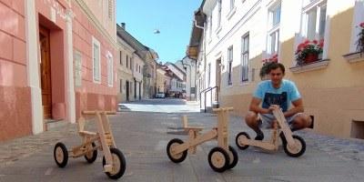 V hobi delavnici ustvaril inovativno leseno igračo