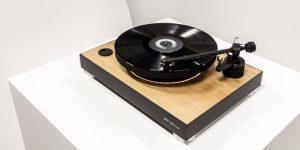Prvi lebdeči gramofon na svetu, ki so ga izdelali Slovenci, na Kickstarterju!