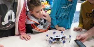 Hrvaški robot, s katerim se lahko učimo programirati