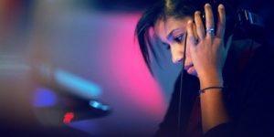 DJ-ka, ki podnevi ustvarja svojo blagovno znamko s prenosnimi polnilci