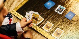 Klemen Slakonja na Kickstarterju z zabavno strateško igro s kartami
