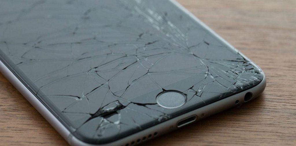 Ovitek vaš telefon v primeru padca zaščiti pred poškodbami (Vir: https://www.tigermobiles.com/faq/broken-phone-contract-stand)