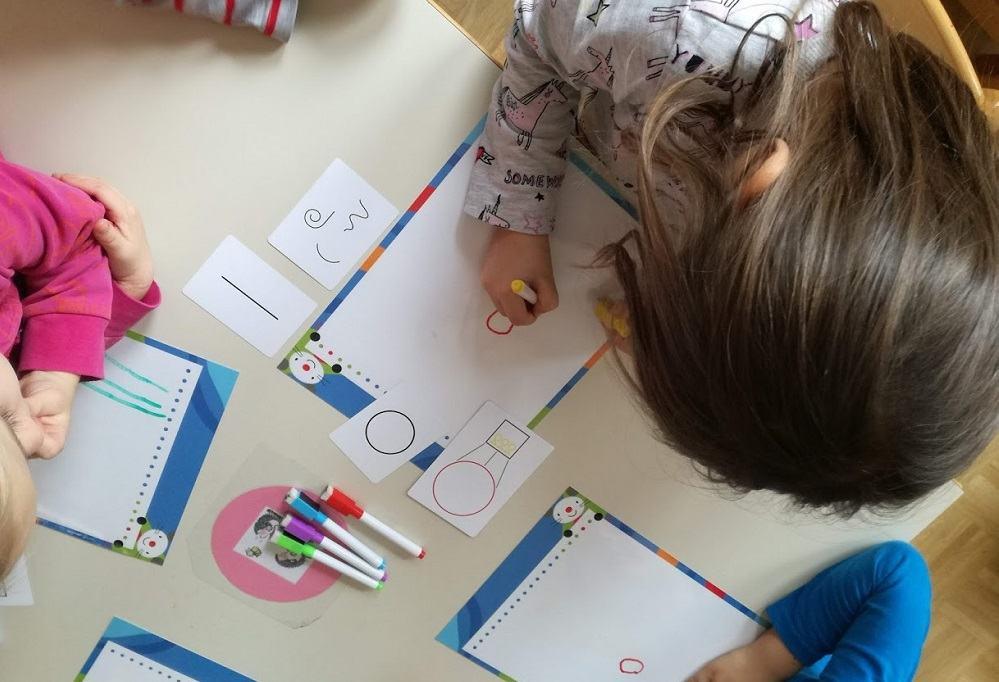 """Testiranje didaktične igre """"Riši miši"""" za predšolske otroke, ki bo izšla septembra (vir: osebni arhiv)"""