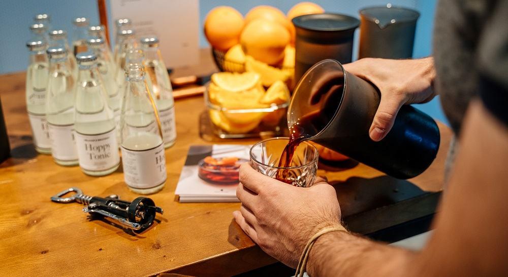 Kombiniranje cold brew kave z različnimi okusi (Vir: GOAT STORY)