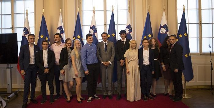 Borut Pahor, Matija Goljar in prva generacija mladih, ki so sodelovali v Fundaciji za mlade (Vir: Ustvarjalnik)