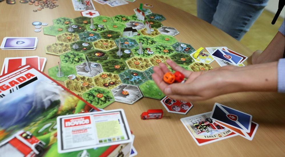 """Igranje igre """"Gasilska brigada - resnični heroji"""" (Foto: Dejan Javornik)"""
