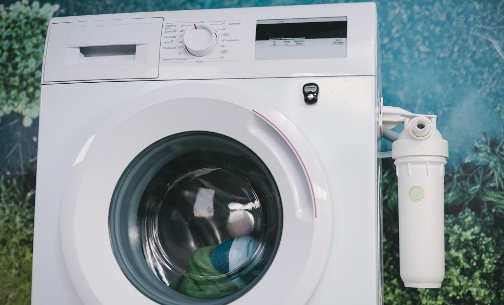 Filter Planet Care, nameščen na pralni stroj (Vir: Planet Care)