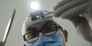 Delna zobna proteza podprta z implantati
